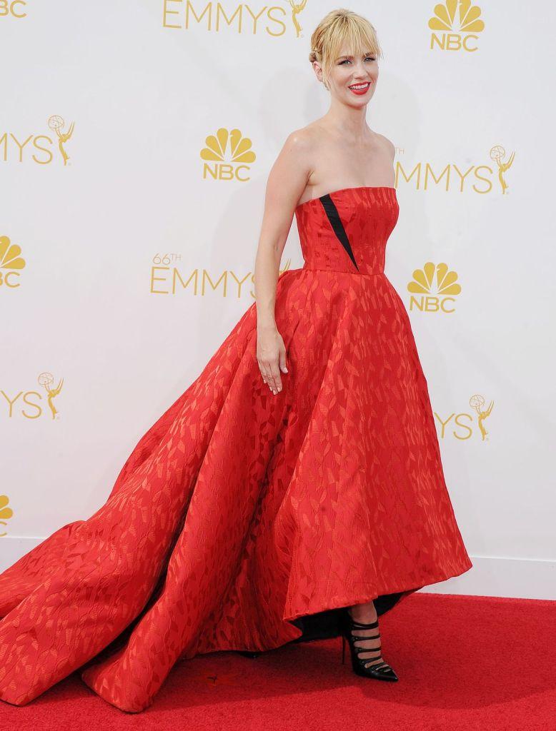 January Jones sublime dans une robe de soirée rouge à bustier droite