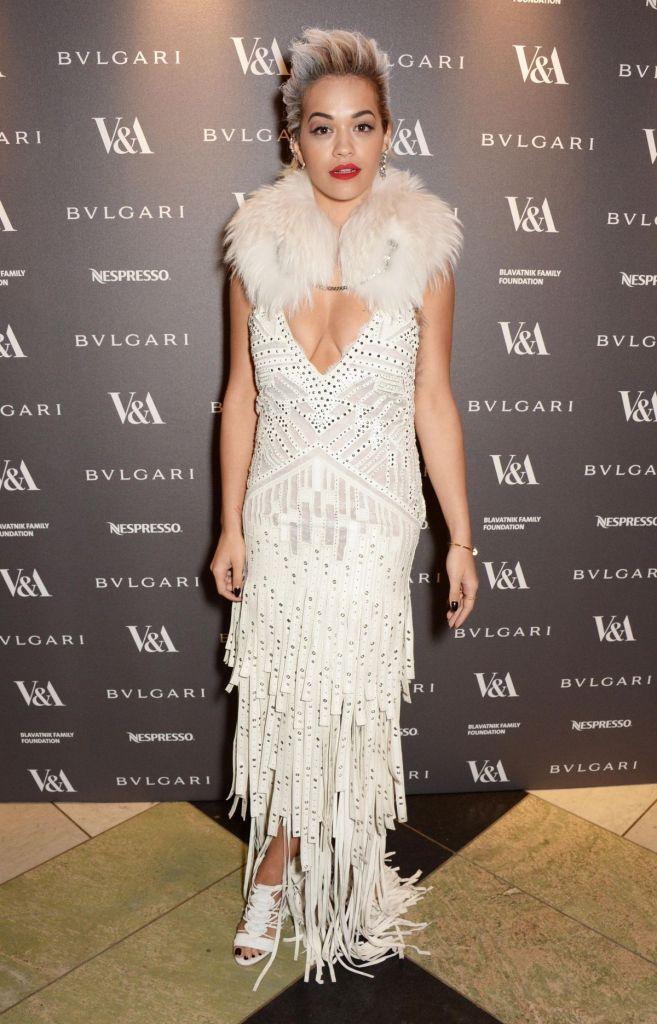 Rita Ora s'est montrée une apparition sexy en enfilant une robe blanche