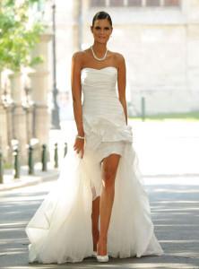 Robe de mariée fourreau avec sur jupe plug longue arrière