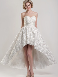 robe-de-mariage-bustier-coeur-jupe-fleurie-jambes-exposes