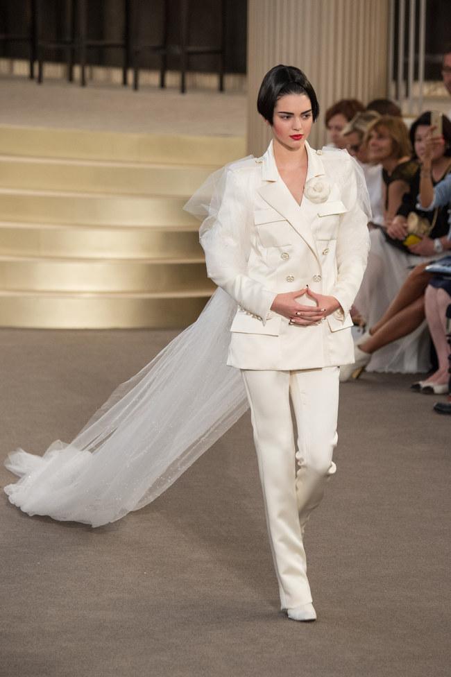 dfda41537bf Le défilé robe de mariée Chanel haute couture automne-hiver 2015-2016.  channel robe de mariee