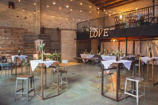 grande-salle-de-reception-mariage-industriel