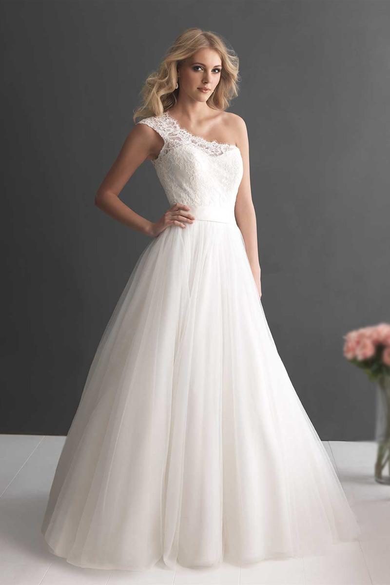 Robe de mariée à encolure asymétrique: une élégance classique au gout de la modernité