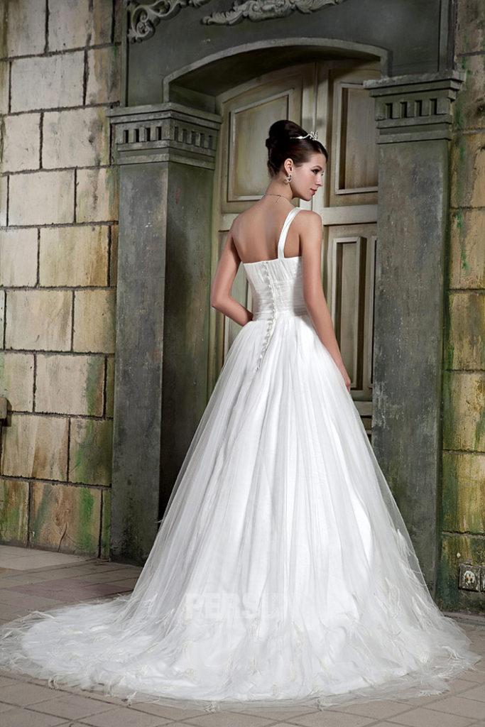 Robe de mariage chic à encolure asymétrique2