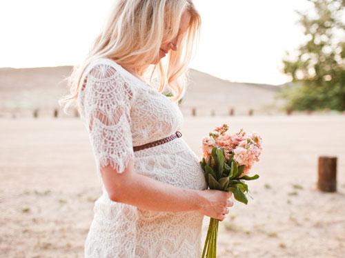 Robe de mariée blanche en dentelle pour enceinte