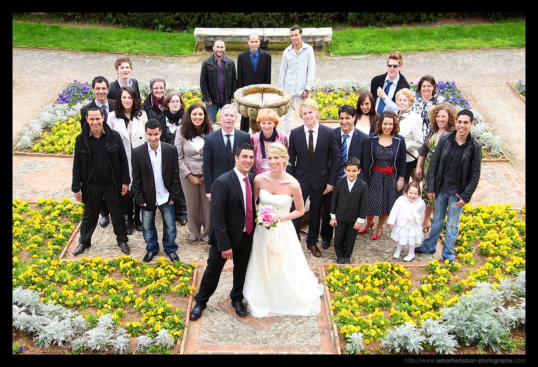 invités de mariage et nouveau couple