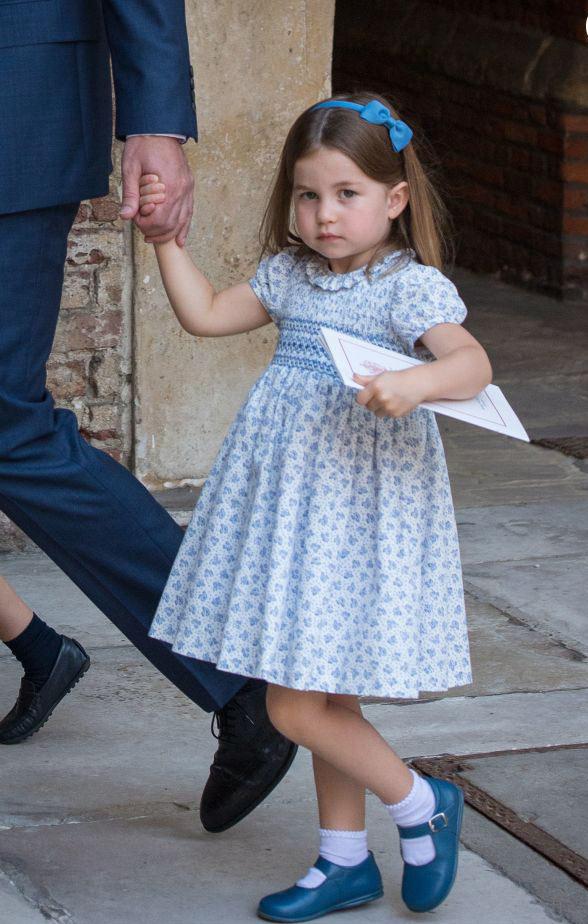 Princess Charlotte en une robe bleu empire pour baptême de son frère cadet