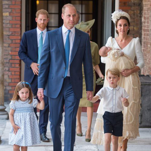 Le prince William et la duchesse Catherine de Cambridge avec leurs enfants le prince George et la princesse Charlotte de Cambridge au baptême du prince Louis
