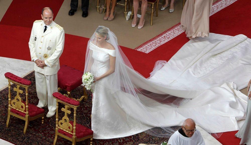 princesse Charlene en ma robe de mariée royale épaule dénudée à traîne watteau