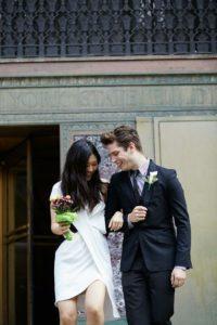 robe de mariée simple courte col en V