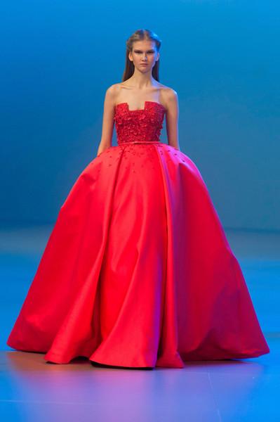 robe de mariée rouge princesse col décolleté