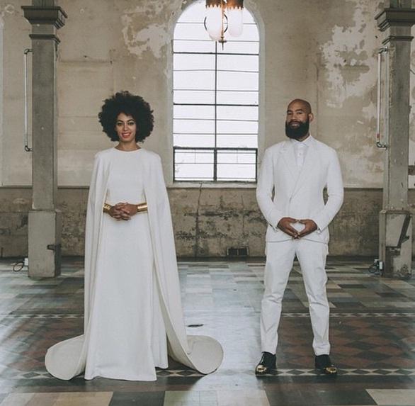 robe de mariée blanche simple avec cape longue de Solange Knowles