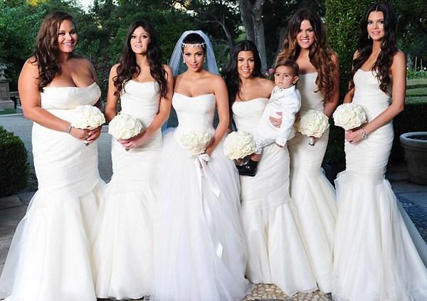 Kim Kardashian en robe de mariée blanche bustier et ses demoiselles d'honneur toutes en robes blanches sirène