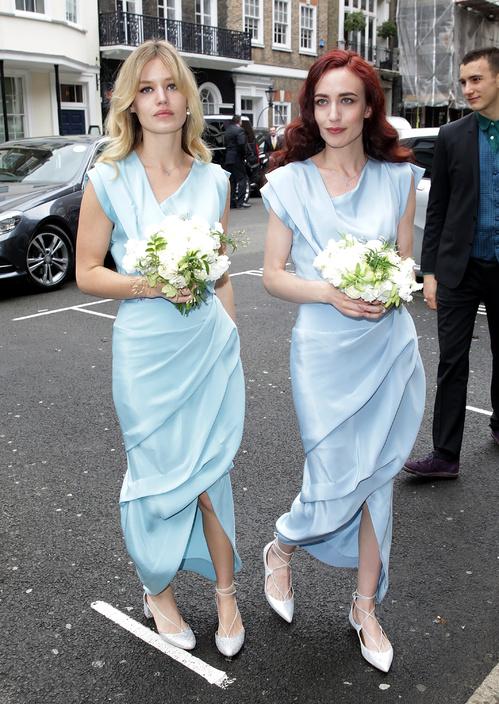 Georgia May Jagger et Elizabeth Jagger vêtues de robes bleues au mariage de Jerry Hall et Rupert Murdoch en mars 2016