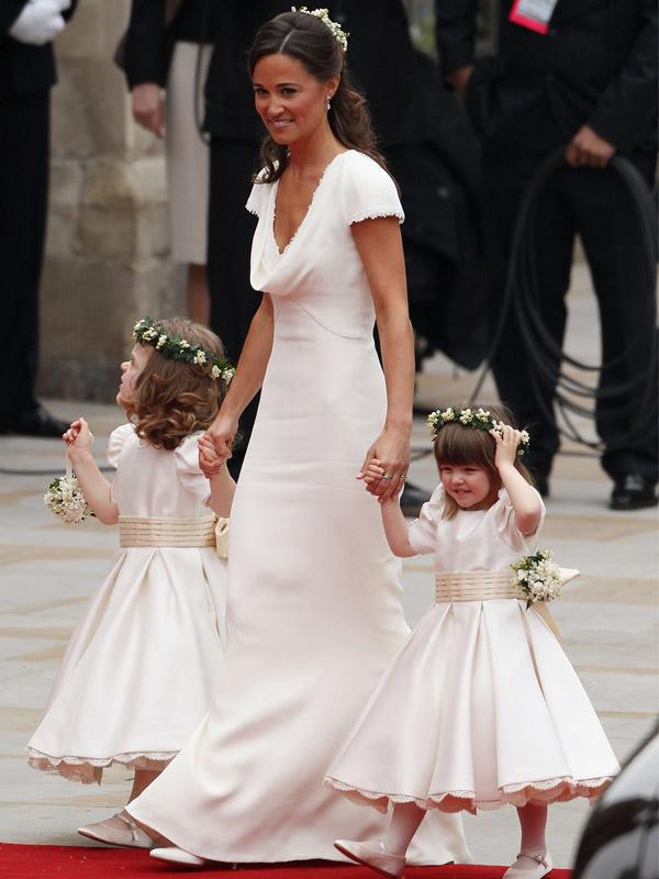 Pipa en robe demoiselle d'honneur blanche pour mariage de Kate