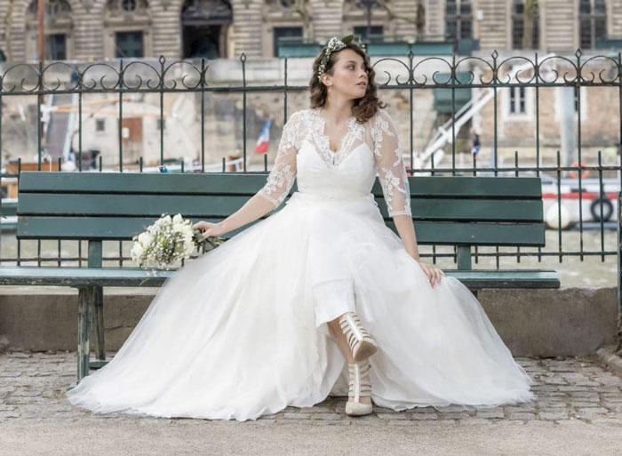 robe de mariée col en V avec manche et sandales mariage