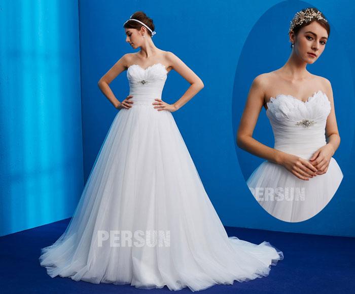 robe de mariée blanche immaculé pirncesse bustier coeur orné de plumes et bijoux