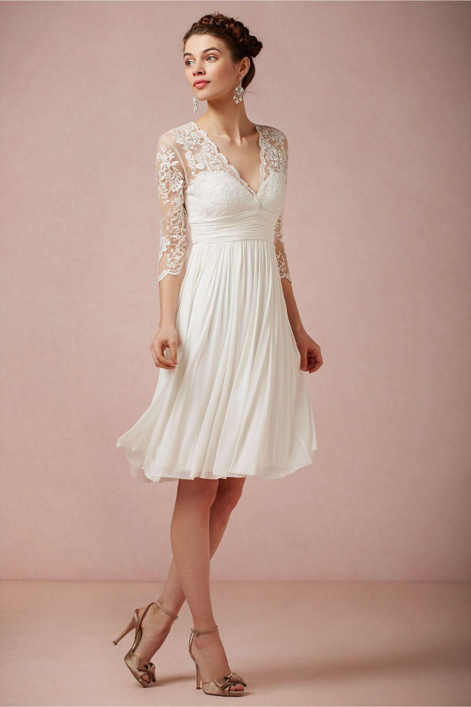 robe de mariée fluide courte avec manche courte appliqué de dentelle