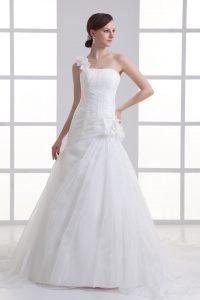 robe de mariée asymétrique orné de fleurs