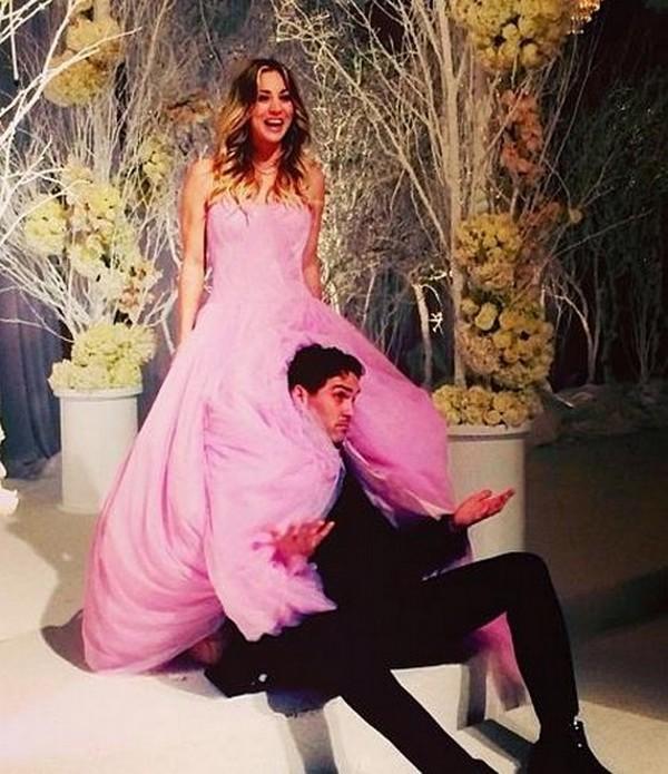 Kaley Cuoco en une robe de mariée rose bonbon princesse bustier coeur