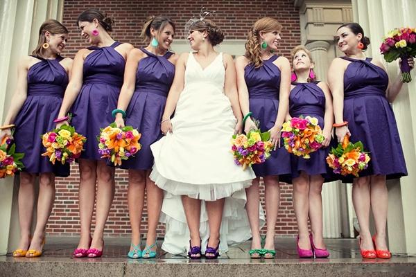 mariée et demoiselles d'honneur portent chaussures colorées