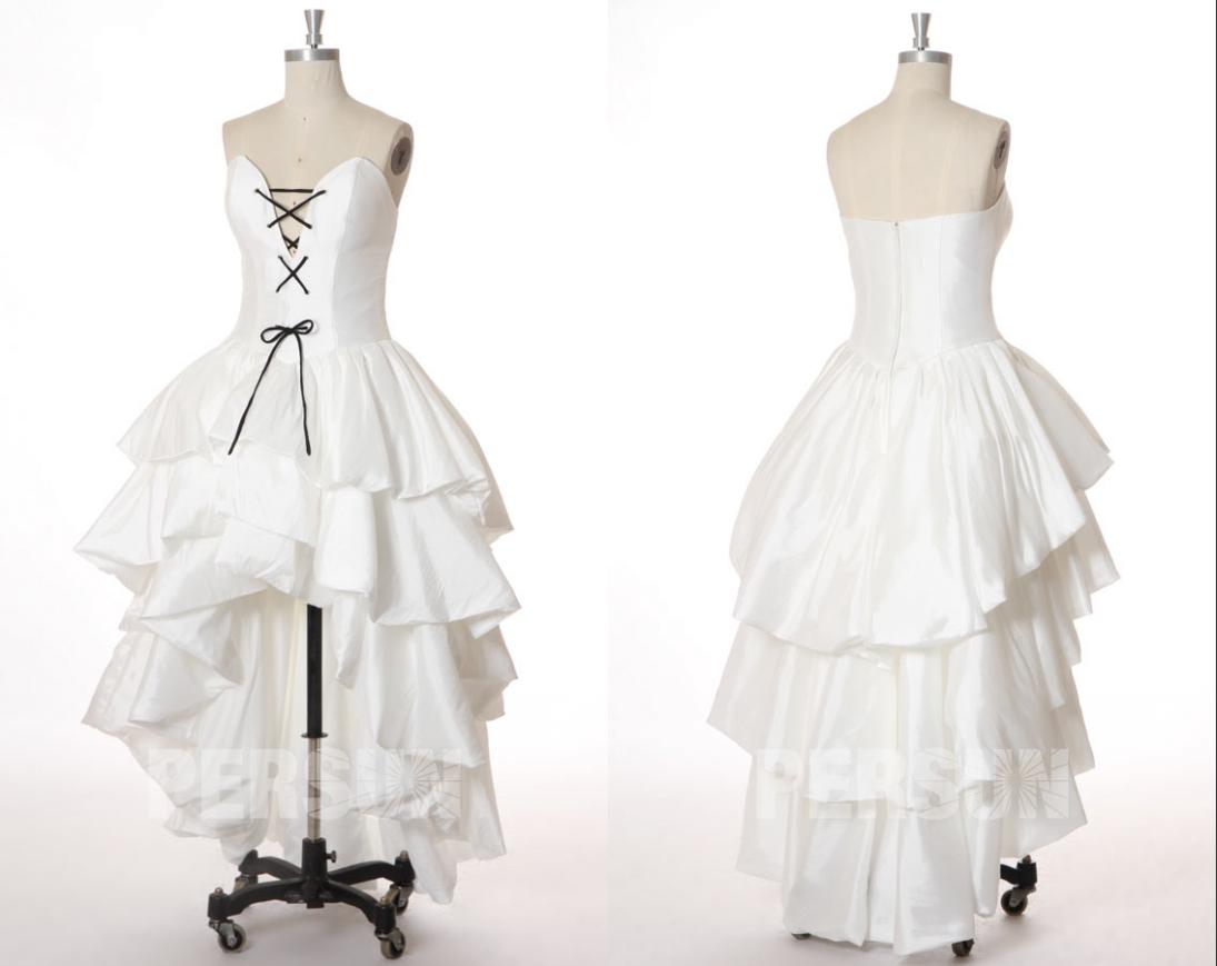 robe de mariée sexy courte devant longue derrière bustier orné de lacets noire et jupe volante