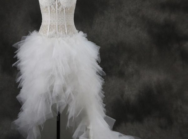 robe de mariée sexy courte devant longue derrière bustier orné de plumes avec jeu de transparence de persun