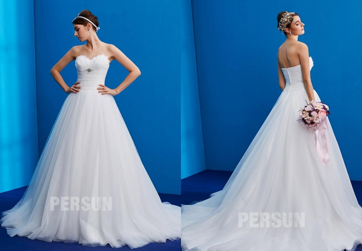 robe de mariée princesse bustier coeur embelli de plumes chic et de broche avec traîne