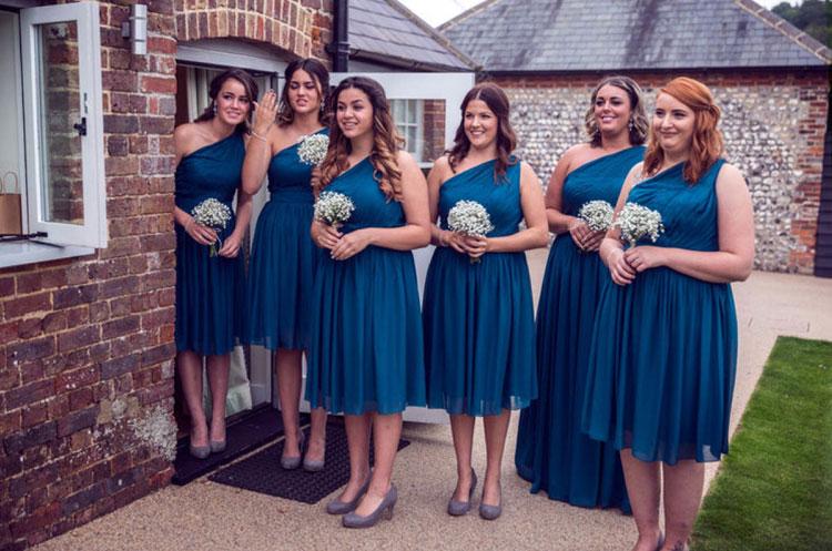 robe demoiselle dhonneur bleu courte asymétrique élégante