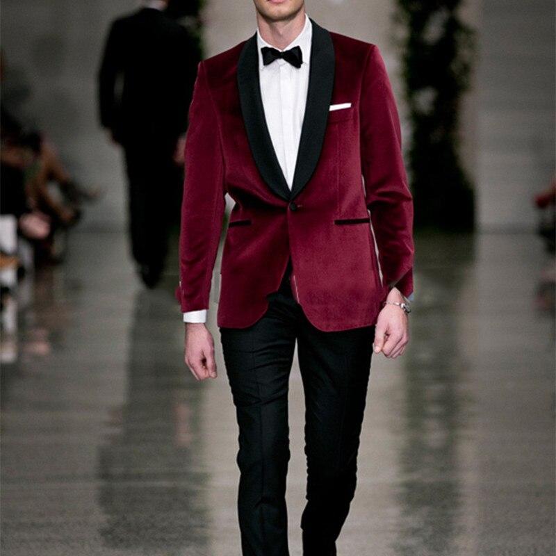 costume en velours rouge pour marié