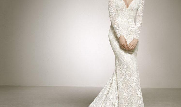 robe de mariée moulant en dentelle décolleté v avec manche longue