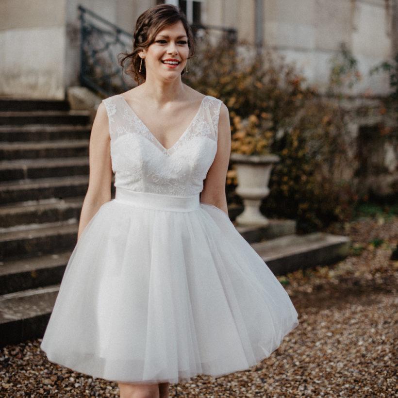 robe mariée courte col v en dentelle florale