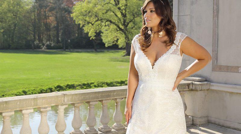 robe de mariée en dentelle moulante encolure en v