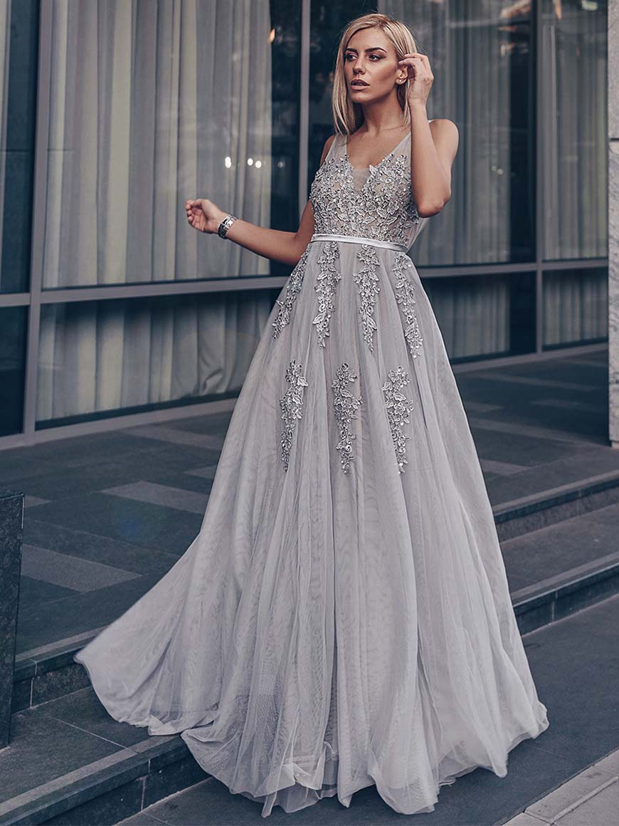 robe de soirée grise longue col v en dentelle appliquée