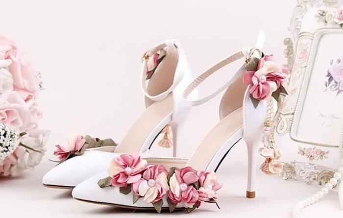 chaussure de mariage romantique à talon haut embelli de fleurs