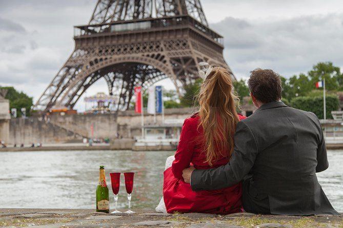 Cérémonie de renouvellement des vœux de mariage à la tour Eiffel à Paris