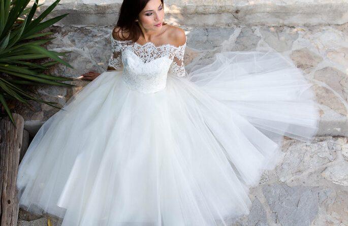 robe de mariée automne col bardot en dentelle à manche