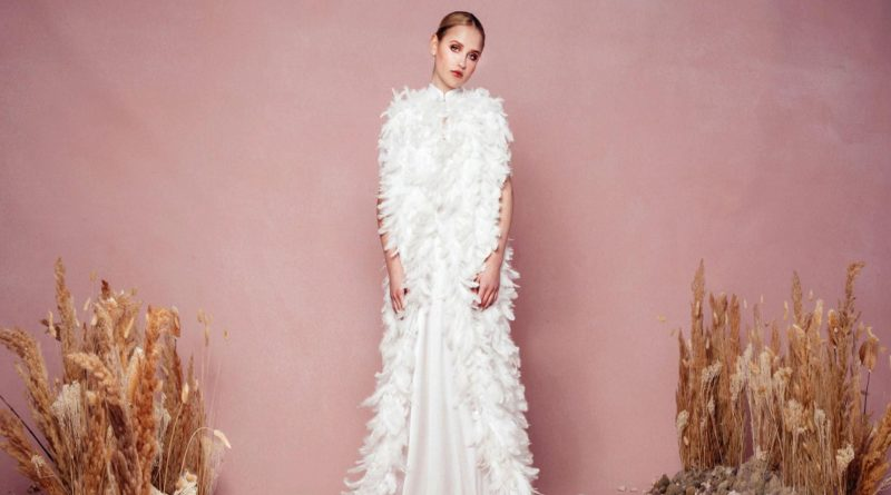 robe de mariée ornée de plumes