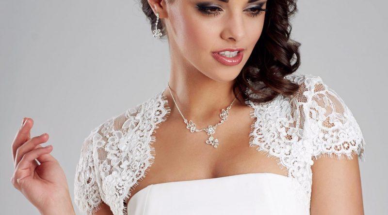 boléro court de mariée blanche en dentelle mancheron